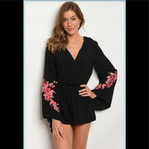Long bell sleeve V-nck floral embroidery romper.❤️